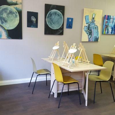 Aufbau für Malkurse mit Malplätzen am Tisch. Malen im Stehen mit großen Staffeleien ist natürlich auch möglich!